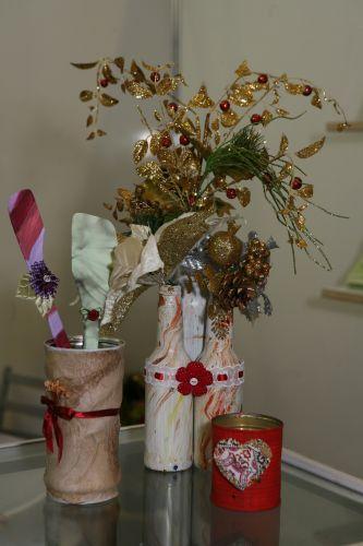 Lembrancinhas de casamento ecologicamente corretas estão entre as apostas do Atelier La Rosa. Entre os produtos, estão latas revestidas filtro de papel (R$ 10, a unidade), as colheres de pau pintadas à mão (R$ 5, a unidade), as latas usadas como porta-velas (R$ 3, a unidade) e o enfeite de garrafas com folhas decorativas (R$ 40, o conjunto com três) (www.laroseartesanatos.com.br )