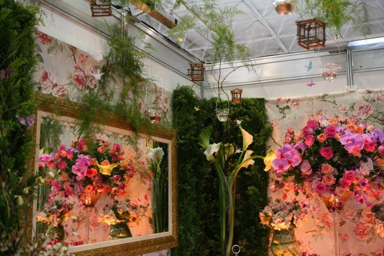 A Laina Flores cuida de detalhes de decoração e ambientação de casamento. Flores, iluminação e ítens decorativos, como as gaiolinhas de tsuru e velas, estão inclusos nos orçamentos, que custam a partir de R$ 2 mil ( www.lainaflores.com.br)