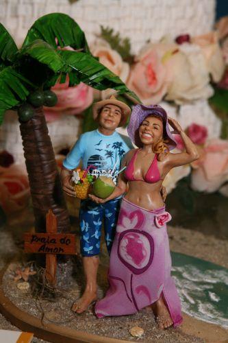 O topo de bolo do Funsize Estúdio de Modelagem é feito de cerâmica plástica e é esculpido de acordo com o estilo e as características corporais do casal. Esta linha personalizada tem valores que vão de R$ 600 a R$ 1300 (www.funsizemodelagem.com)