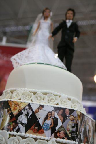 O bolo cenográfico com fotos do casal é outra criação da Geísa Doces. O preço é de R$ 150 por andar. A peça da foto custa R$ 450 (www.geisadoces.com.br)