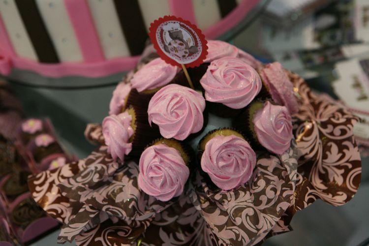 Depois de pegar o buquê, a noiva ainda pode presentear a convidada com um buquê de cupcakes. Essa é a proposta da empresa da Arte de Adoçar. O mimo sai a partir de R$ 60, com minicupcakes, e R$ 100, com cupcakes grandes (www.artedeadocar.blogspot.com)