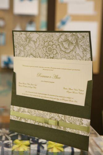O convite com formato tradicional da Papel & Estilo ganha um toque a mais com o papel brilhante e o acabamento texturizado. O preço da unidade sai a partir de R$ 9,41 (www.papeleestilo.com.br)