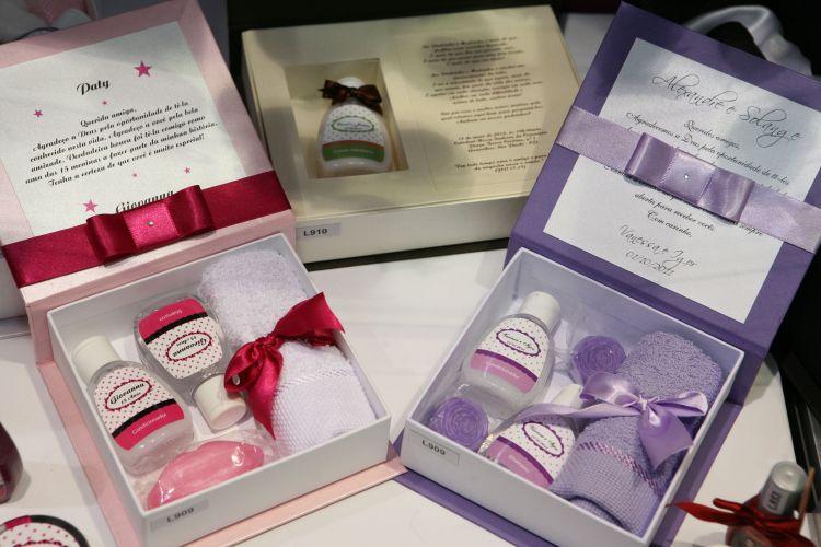 Os padrinhos podem ganhar caixas de lembrança temáticas como essas, com kit de doces ou de beleza. Elas são da Oito a Oitenta Ideias Criativas e custam a partir de R$ 21, a unidade ( www.8a80.com.br)