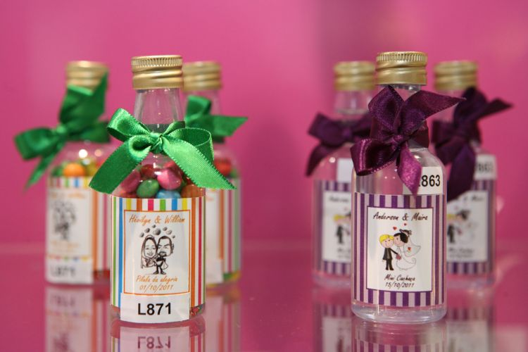Garrafas personalizadas também são ideias espertas para lembrancinhas de casamento. Elas podem ter licor, cachaça ou vinho e os preços são a partir de R$ 4,50, a unidade (www.8a80.com.br)