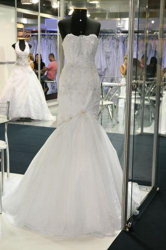 O vestido sereia de musseline de seda pura da Unique Noivas tem aplicações de renda francesa e bordado com vidrilhos e cristais. O preço do aluguel é a partir de R$ 3.000, e a loja tem vestidos para aluguel a partir de R$ 1.600 (www.uniquenoivas.com.br)