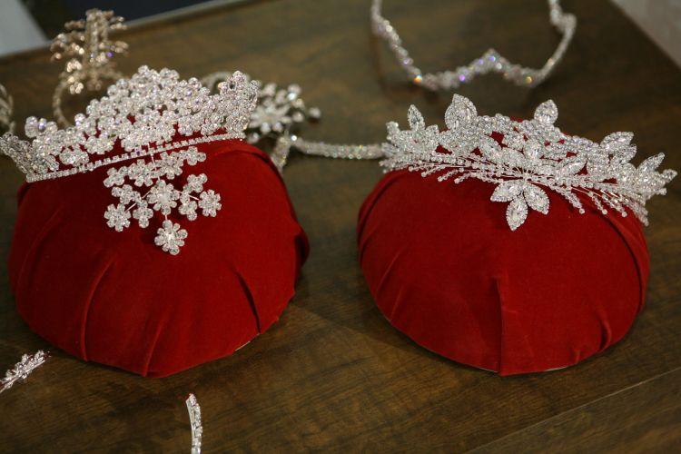 As tiaras apresentadas na Expo Noivas & Festas continuam cheias de brilho e aplicações. A tiara Resplendor, da Design Noivas, tem pedras Swarovisky e está a venda por R$ 580 reais (www.designnoivas.com.br)