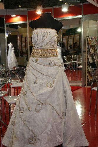 O vestido de juta é uma das grandes novidades da Expo Noivas & Festas 2012. A modelagem tem ainda aplicação de sementes de açaí, búzios, madeira e cordão de rami. A peça da Fashion Noivas tem aluguel a partir de R$ 1.800 (www.fashionnoivas.com.br)