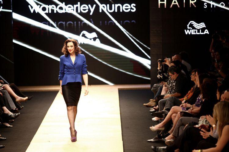 Cláudia Raia abre o desfile de Wanderley Nunes, último a se apresentar no Hair Fashion Show (19/9/2011)
