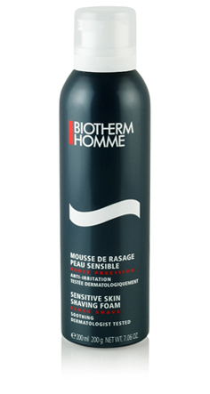 BARBAMousse de Rasage - Peau SensibleBiotherm HommeEspuma de barbear que acalma a pele prevenindo ediminuindo a irritação, vermelhidão e ardência,característicos da pele sensível. Assegura bomdeslizar da lâmina evitando micro-cortes. Preço: R$ 94(http://www.sacks.com.br)