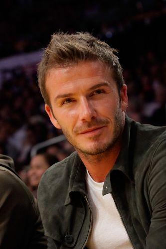 Tendência: topete. É difícil acompanhar todos os cortes de cabelo do jogador David Beckham, mas não é difícil vê-lo com o topete para cima