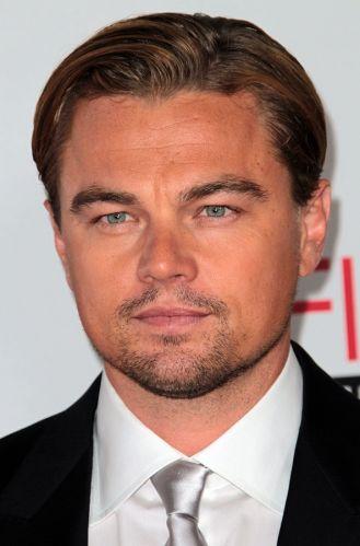 Tendência: retrô. O ator Leonardo DiCaprio usa cabelo com penteado anos 40 e a franja penteada para trás, que cai bem para quem tem o rosto oval