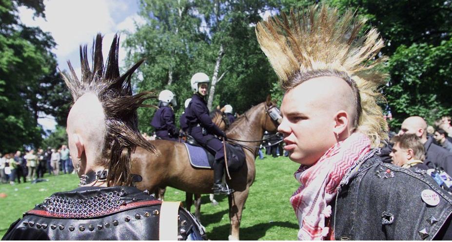 O cabelo moicano, típico da tribo norte-americana de mesmo nome, se tornou ícone do movimento punk, e manteve-se como símbolo da contracultura ao longo dos anos. Na foto, jovens suecos exibem seus cabelos altíssimos durante manifestação política em Gotemburgo, em 2001