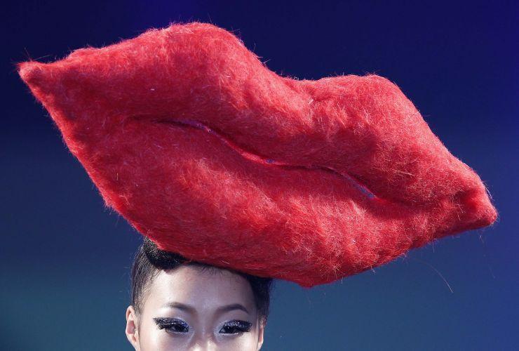 Que tal adornar a cabeça com um lábio gigante? Essa é a sugestão das passarelas do Korea Hair Collection 2012, em Seul (06/12/2011)
