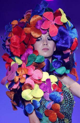 Flores de tecido viram penteado para 2012 no desfile Korea Hair Collection, em Seul (06/12/2011)