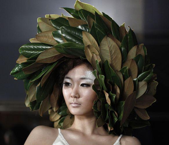 Segundo as criações apresentadas em desfile de cabelos em Seul, folhas também poderão virar penteados em 2012 (06/12/2011)