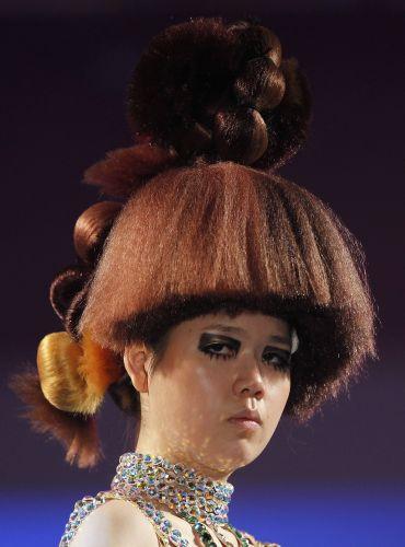 Penteado reto e alto, com detalhe de rabo com coques, é uma das apostas do cabeleireiros coreanos para 2012 (06/12/2011)