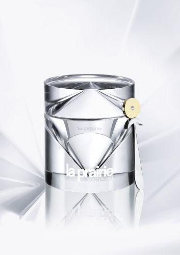 Setembro 2009: O creme La Prairie Cellular Cream Platinum Rare possui em sua fórmula platina coloidal e um complexo ativo de ingredientes como peptídeos, vitaminas e antioxidantes que prometem reduzir o aparecimento de linhas de expressão e melhorar a elasticidade da pele. O creme também promete preservar o mecanismo de reparo do DNA da pele, prevenindo o envelhecimento. Preço sugerido: R$ 3.650,00. SAC: www.laprairie.com.br