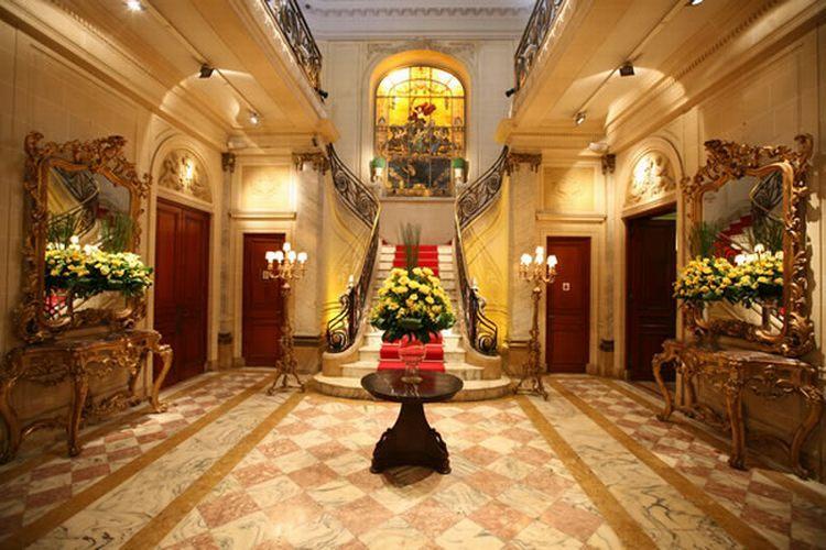 Hall principal, com escadarias e piso em mármore e decór em estilo Luís 16, costuma ser palco de cerimônias de casamento dignas de realeza, na Casa de Cultura Julieta de Serpa - Tel.: 21 2551 1278