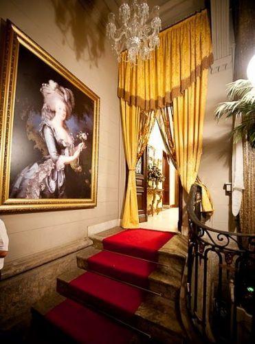 Colunas e pilastras arredondas, em mármore, mobiliário neoclássico e até uma harpa tornam o palacete clássico e nobre, perfeito para noivas que buscam locações de conto de fadas. Casa de Cultura Julieta de Serpa - Tel.: 21 2551 1278