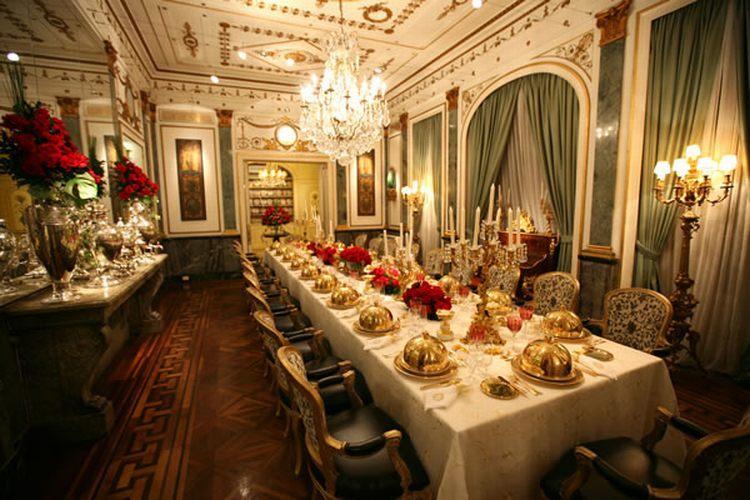 Salão do palacete ideal para jantares, com sancas em bronze no teto, com destaque para o grande espelho emoldurado em forma de arcada ornada, com aplicações douradas, na Casa de Cultura Julieta de Serpa - Tel.: 21 2551 1278