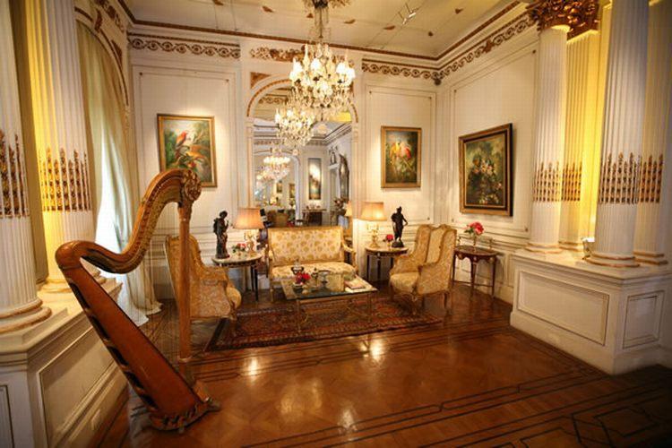 Amplo, glamouroso e inteiramente decorado, do chão ao teto com o estilo neoclássico, o palacete conta é também intimista, proporcionando casamentos com jeito de estar em casa. Casa de Cultura Julieta de Serpa - Tel.: 21 2551 1278
