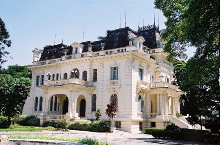 O espaço é caracterizado por duas mansões, entre elas a Versailles, inaugurada em 1934, e que conta até com biblioteca, charutaria e chapelaria. Palácio dos Cedros - Tel. 11 2272-1263