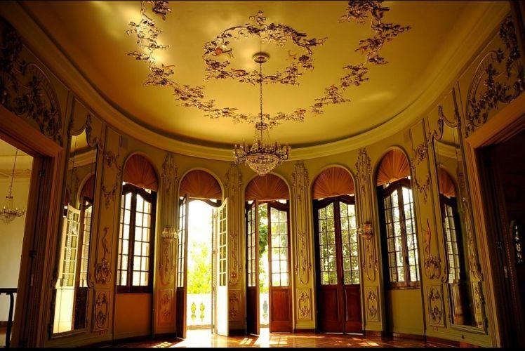 Grandes portas arredondadas e com vidro dão para o amplo jardim, digno de palácios de princesa e ideal para casamentos de sonhos. Palácio dos Cedros - Tel. 11 2272-1263