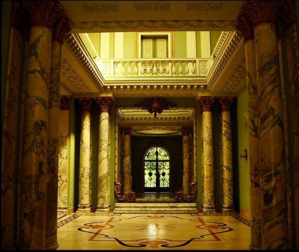 Pilastras e colunas em mármore estampado, paredes verdes e estilo frances marcam o interior das mansões do Palácio dos Cedros - Tel. 11 2272-1263