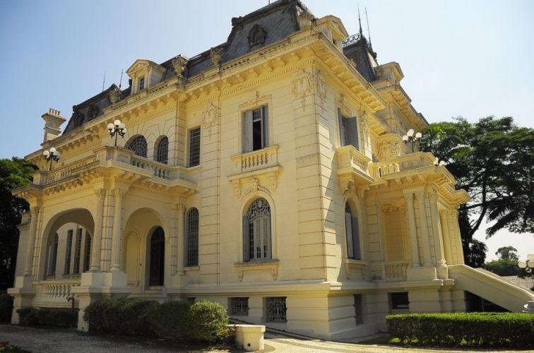 A mansão Victor Hugo, a principal, foi construída em 1923, tem inspiração mourista, toques parisienses e varandas por todos os lados. Palácio dos Cedros - Tel. 11 2272-1263