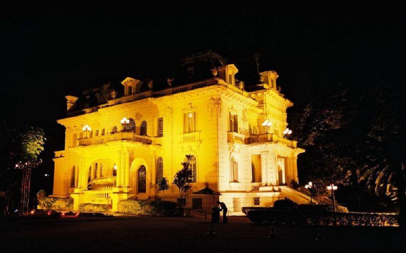 Vista do palácio iluminado, à noite. As locações custam de R$ 18 mil a R$ 25 mil, dependendo do dia escolhido, e não oferecem serviços além do espaço. Palácio dos Cedros - Tel. 11 2272-1263