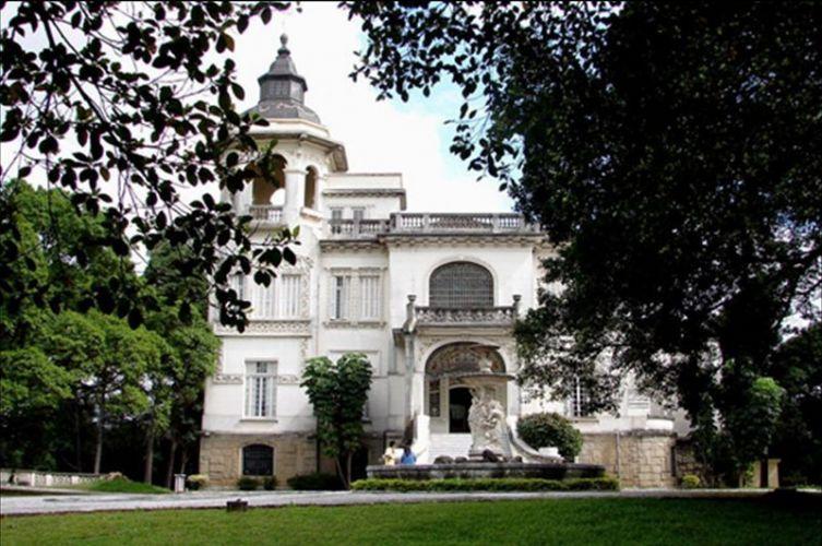 Os jardins cercam os dois palácios e contam com árvores centenárias, como os cedros do Líbano, que nomeia o espaço, fontes e pergolados dignos de princesa. Palácio dos Cedros - Tel. 11 2272-1263