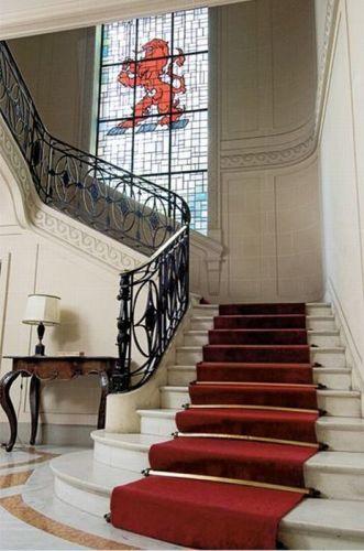 Escadarias em mármore claro, mobiliário antigo e obras de arte, como a escultura Diana, do artista brasileiro Victor Brecheret, que fica na escadaria, dão o toque europeu e nobre ao Iate Clube de Santos - Tel.: 11 3155-4400