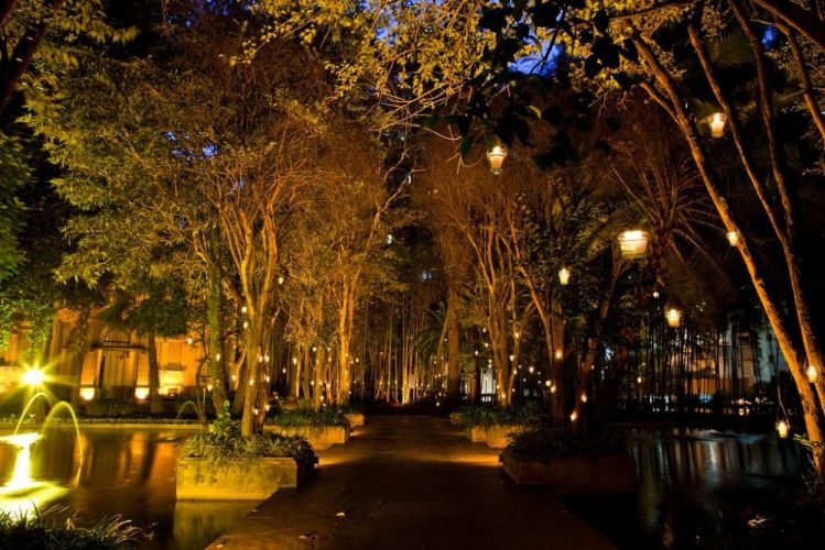 O amplo jardim, diversas árvores e até lago e espelho d'água com peixes ornamentais tornam o palacete ainda mais charmoso e elegante, principalmente quando iluminado com velas em casamentos. Iate Clube de Santos - Tel.: 11 3155-4400