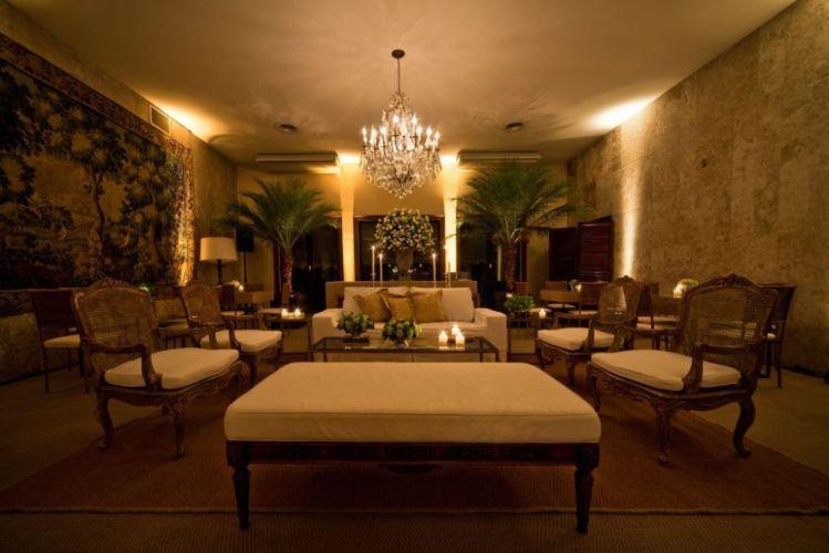 Com ares de casa e mobiliário original, o preço da locação da mansão varia de acordo com o dia da semana e número de convidados. Iate Clube de Santos - Tel.: 11 3155-4400