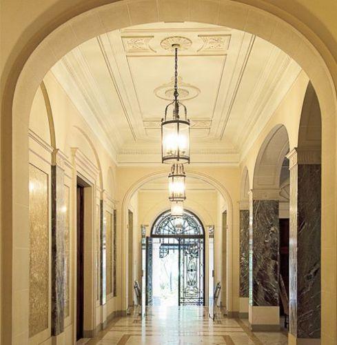 A arquitetura é marcada por arcos e a decoração, por cores e tons claros, além de mármore, porcelanas, cristais e pratos comprados em Paris. Iate Clube de Santos - Tel.: 11 3155-4400