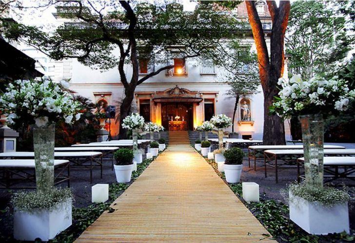 Cerimônias de casamento também podem ser realizadas nos jardins do palacete, inclusive durante o dia, o que combina perfeitamente com o charme e toque europeu. Iate Clube de Santos - Tel.: 11 3155-4400