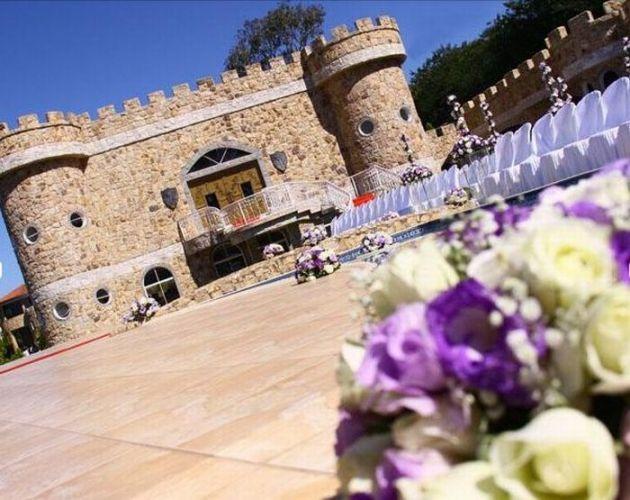 A capela do Castelo Excalibur, ao ar livre, é perfeita para cerimônias diurnas e noturnas, com mínimo de 200 e máximo de 5 mil pessoas. Monte Castelo Eventos (Tel.: 11 4511-5032)