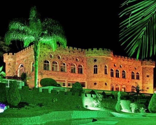 Em casamentos noturnos, o castelo fica todo iluminado, ressaltando o clima medieval no temático Monte Castelo Eventos