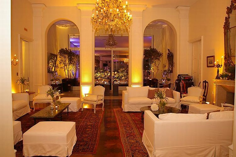 Com mobiliário e decór importados da Itália, a mansão tem vários ambientes, como hall de entrada, salões, salas de leitura, biblioteca e jardim com piscina, onde geralmente as cerimônias são realizadas (Nacional Club - Tel.: 11 3877-0044)