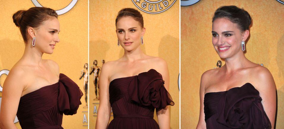 Natalie Portman apostou no coque básico no meio da cabeça na parte de trás e frente presa de lado, para ir ao SAG Awards