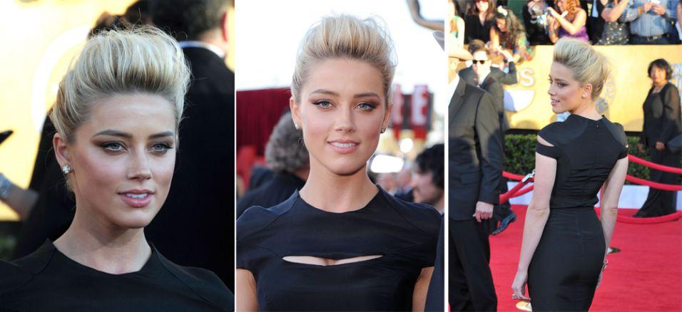 A atriz Amber Heard usou topete bem alto para cima e coque para ir ao SAG Awards