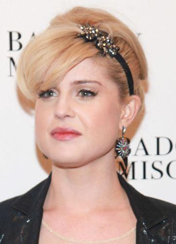Acessórios de cabelos dão sempre um chame extra à produção, como a tiara preta com aplicações de cristais que arrematou o visual de Kelly Osbourne