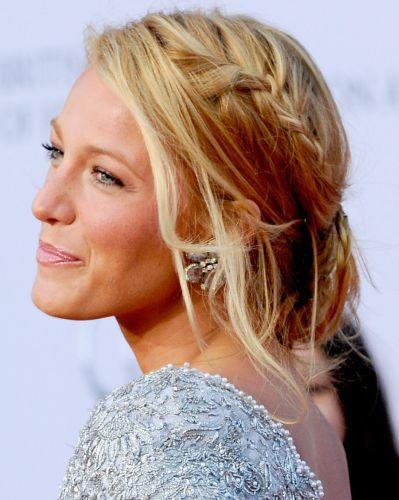 As tranças não devem sair de moda tão cedo, então, se você gosta do estilo, experimente mesclá-la a um penteado com fios presos de maneira irregular em um coque baixo como fez a atriz Blake Lively
