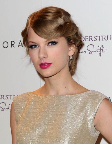 O batom fúcsia usado por Taylor Swift é uma boa opção para quem quer usar um tom forte, mas não tem coragem de tentar o clássico vermelho