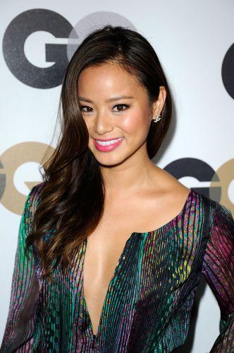 Os cabelos penteados para o lado estão em alta entre as celebridades, com no visual da atriz Jamie Chung. Na sua formatura, experimente o estilo usando também um batom colorido para reforçar a maquiagem