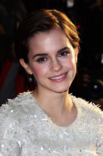 Se você adora um blush mais marcadinho, experimente esse make usado por Emma Watson em quem as maçãs rosadas são o destaque, enquanto todo o restante é neutro, equilibrando o visual