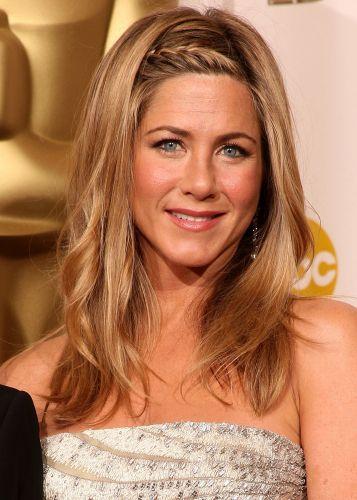 Em raras ocasiões Jennifer Aniston prende seus cabelos, tanto que, até para ir ao Oscar, a atriz usou os fios soltos, levemente texturizados e com uma trança de raiz na franja - o que deixou o acabamento mais arrumado