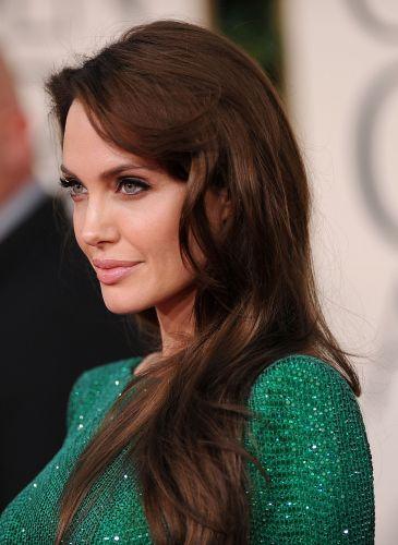 Angelina Jolie é outra famosa que quase sempre aparece com os fios soltos e bem naturais nos tapetes vermelhos que frequenta. Aqui, numa cerimônia do Globo de Ouro, a atriz usou apenas uma escova para levantar um pouco a raiz e valorizar o movimento dos fios