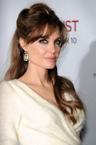 Outra opção interessante para quem não quer ficar com os fios completamente presos é fazer como Angelina Jolie e usá-los semi-presos, formando um volume no topo e deixando a franja solta