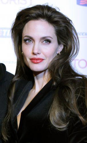 Já aqui, Angelina Jolie escolheu deixar os fios penteados para trás, com bastante volume na raiz